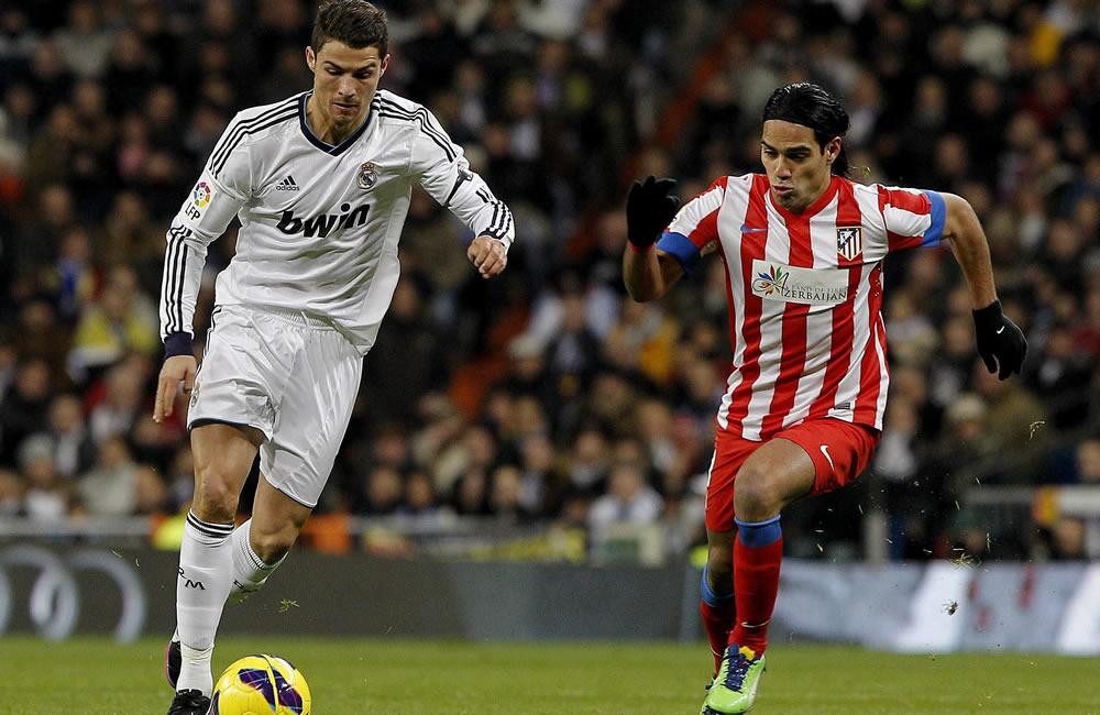 El delantero portugués del Real Madrid Cristiano Ronaldo (i) escapa del colombiano Radamel Falcao. Foto: EFE