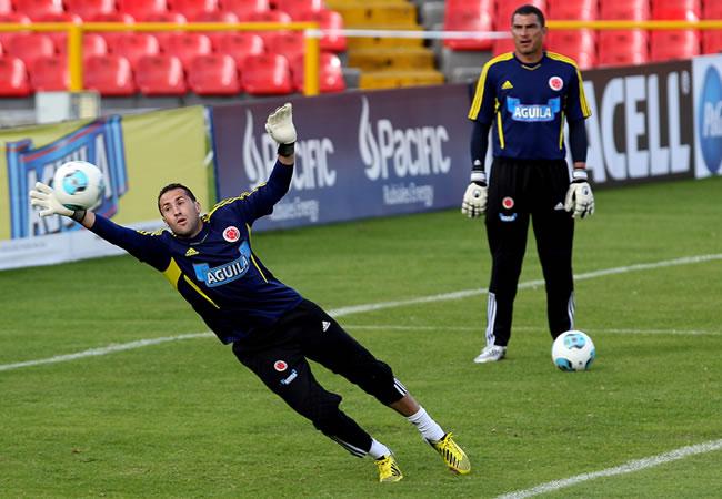 El arquero de Colombia, David Ospina, se lanza por el balón ante Farid Mondragón (d). Foto: EFE