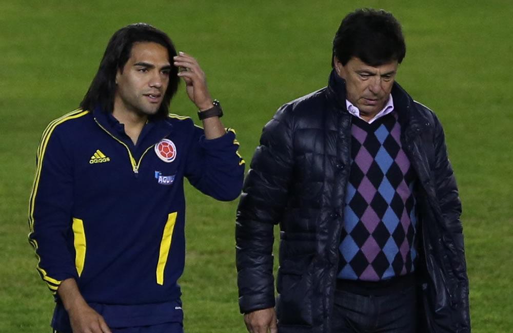 Radamel Falcao (i), jugador de la selección colombiana de fútbol y Daniel Passarela (d), presidente del club argentino River Plate. Foto: EFE