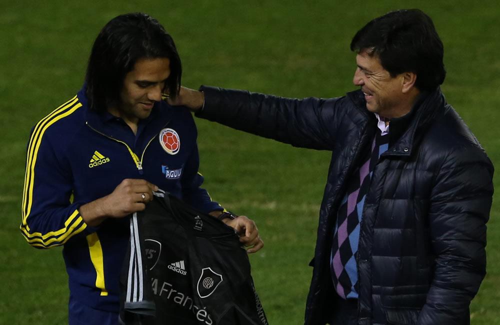 El jugador de Colombia, Radamel Falcao (i), recibe una camiseta del River Plate de Daniel Passarela (d), presidente del River Plate. Foto: EFE