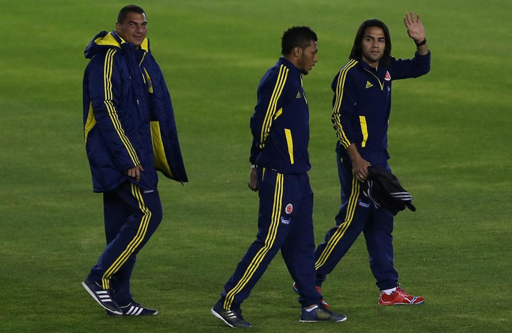 El jugador Radamel Falcao (d) de la selección colombiana de fútbol saluda durante un reconocimiento del estadio Estadio Antonio Vespucio Liberti. Foto: EFE