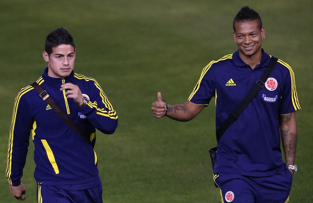Los jugadores de la selección colombiana de fútbol James Rodríguez (i) y Fredy Guarin (d) caminan durante un reconocimiento del estadio Estadio Antonio Vespucio Liberti. Foto: EFE