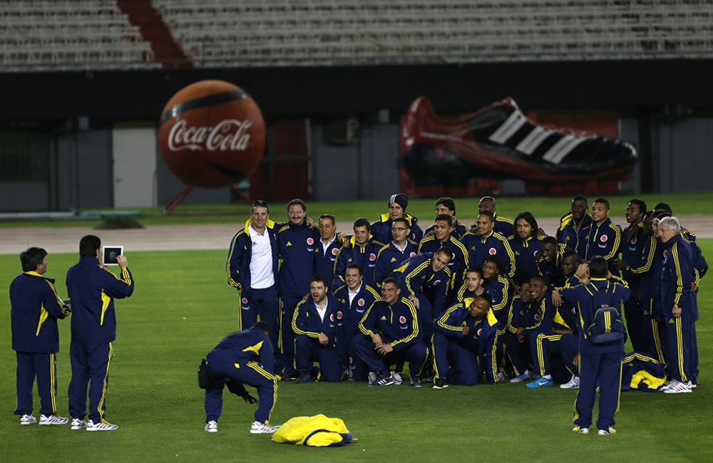 Los jugadores de la Selección Colombia posan durante el reconocimiento del estadio Estadio Antonio Vespucio Liberti. Foto: EFE