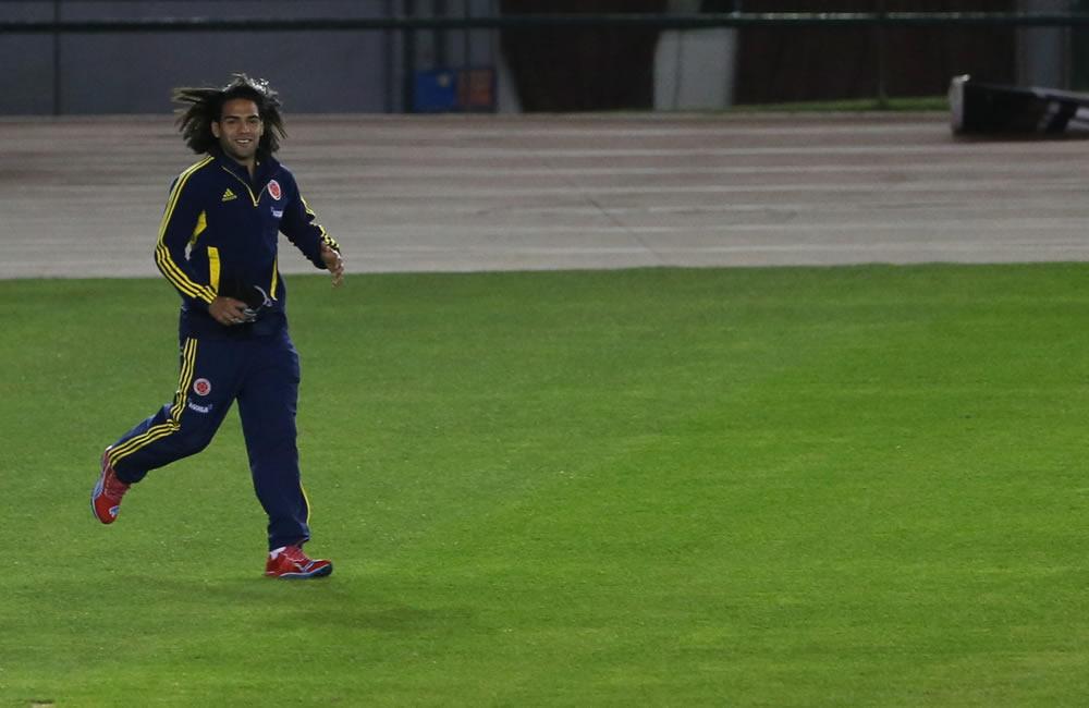 El jugador Radamel Falcao de la selección colombiana de fútbol corre durante un reconocimiento del estadio Estadio Antonio Vespucio Liberti. Foto: EFE