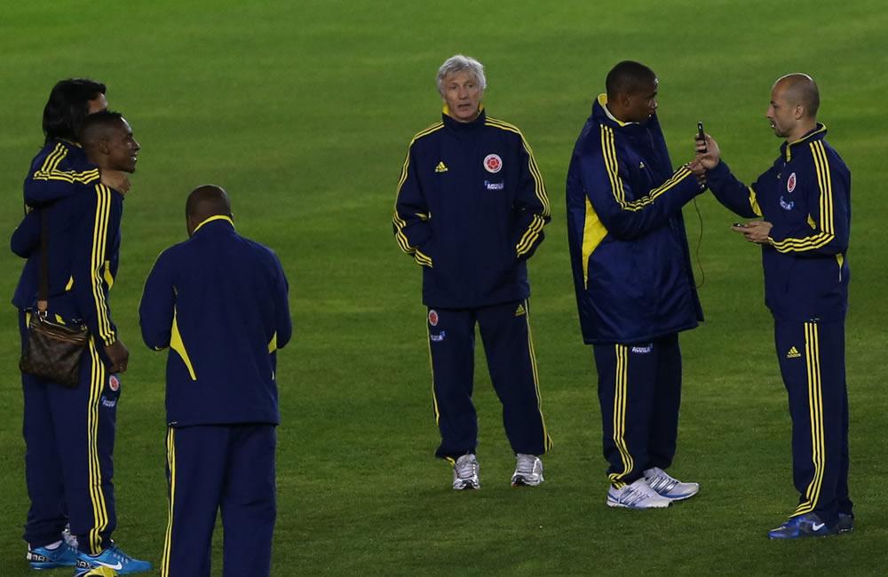 El entrenador de la selección colombiana de fútbol, Jose Pekerman (3d), participa durante un reconocimiento del estadio Estadio Antonio Vespucio Liberti. Foto: EFE