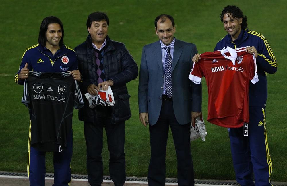 Los jugadores de Colombia Radamel Falcao (i) y Mario Yepes (d) posan sosteniendo camisetas del River Plate. Foto: EFE
