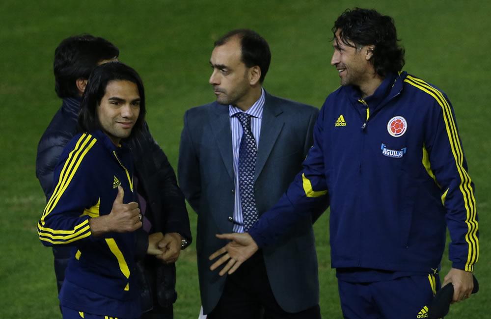 Radamel Falcao (i) y Mario Yepes (d) jugadores de la selección colombiana de fútbol, durante un reconocimiento del estadio Estadio Antonio Vespucio Liberti. Foto: EFE