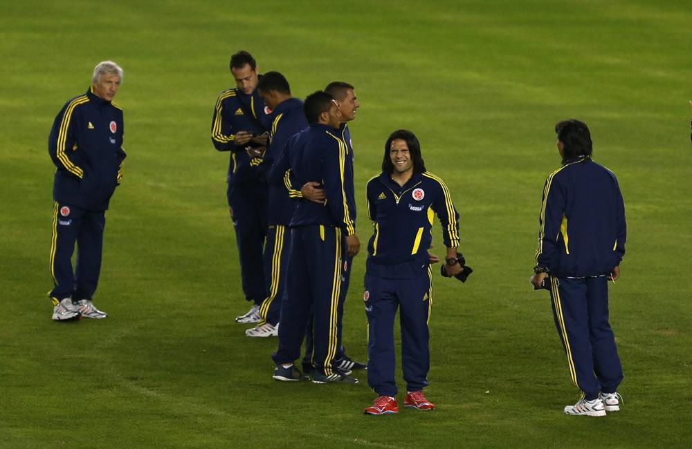 Los jugadores de la selección colombiana de fútbol realizan un reconocimiento del estadio Estadio Antonio Vespucio Liberti. Foto: EFE