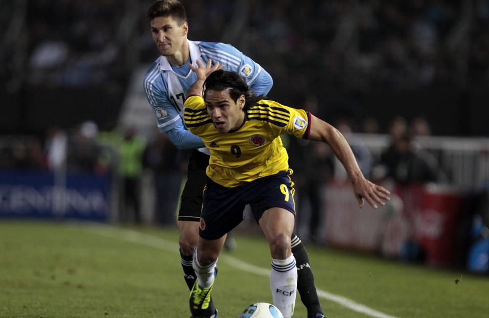 Federico Fernández (i) de Argentina ante Falcao García (d) de Colombia. Foto: EFE