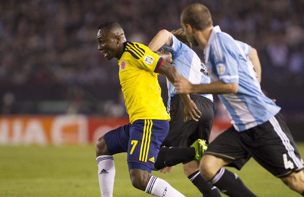 Marcos Rojo (c) de Argentina ante Pablo Armero (i) de Colombia. Foto: EFE