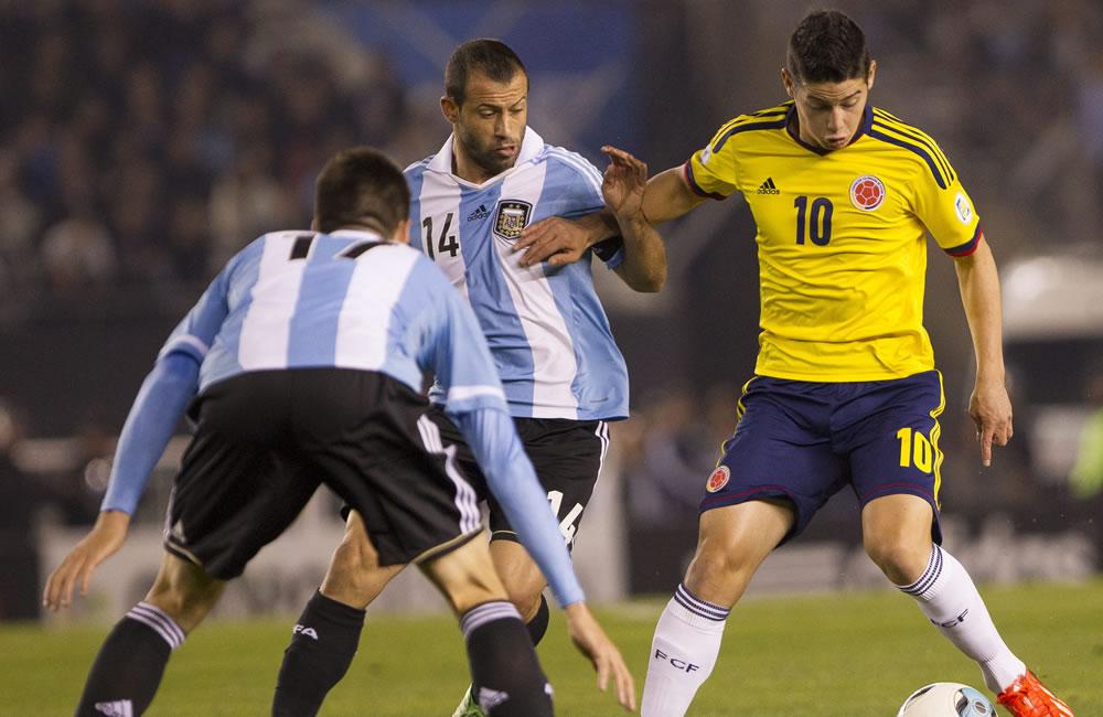 Javier Mascherano (c) de Argentina ante James Rodrígez (d) de Colombia. Foto: EFE