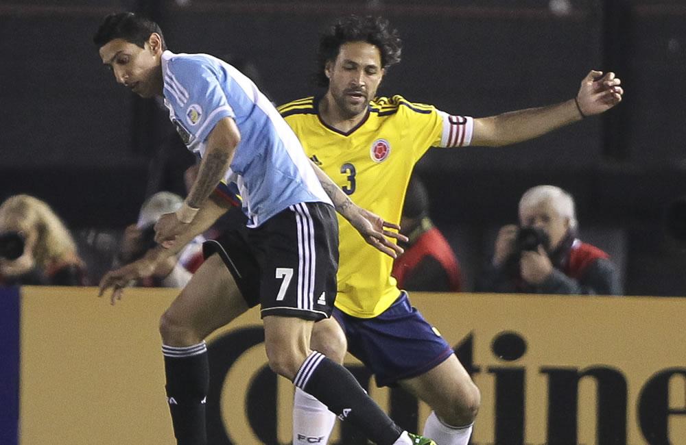 Ángel Di María (i) de Argentina ante Mario Yepes (d) de Colombia. Foto: EFE