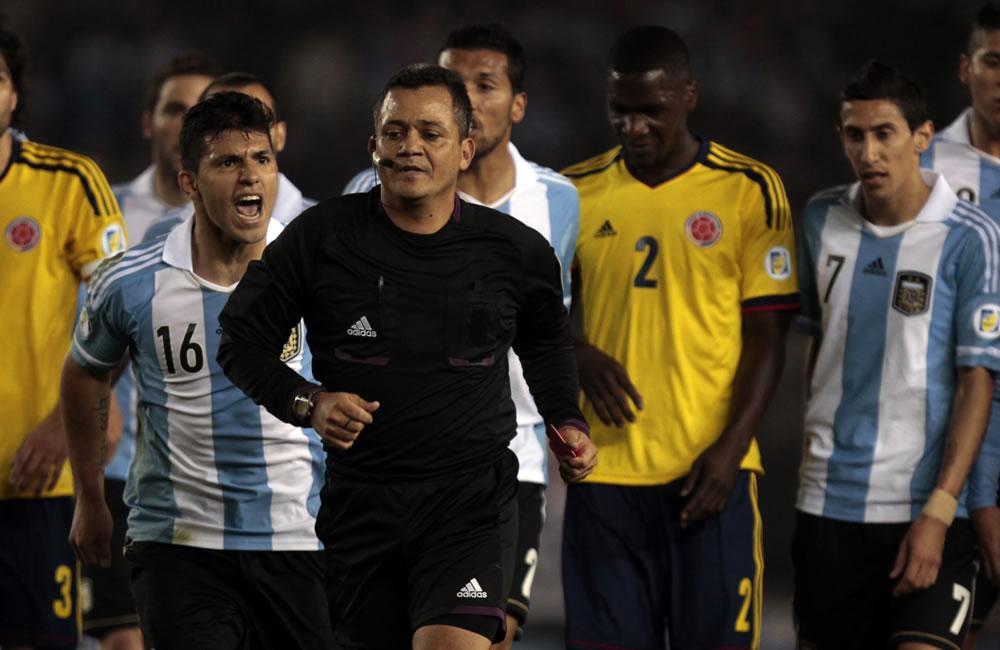 Sergio Agüero (i) de Argentina reclma al árbitro Marlon Escalante. Foto: EFE