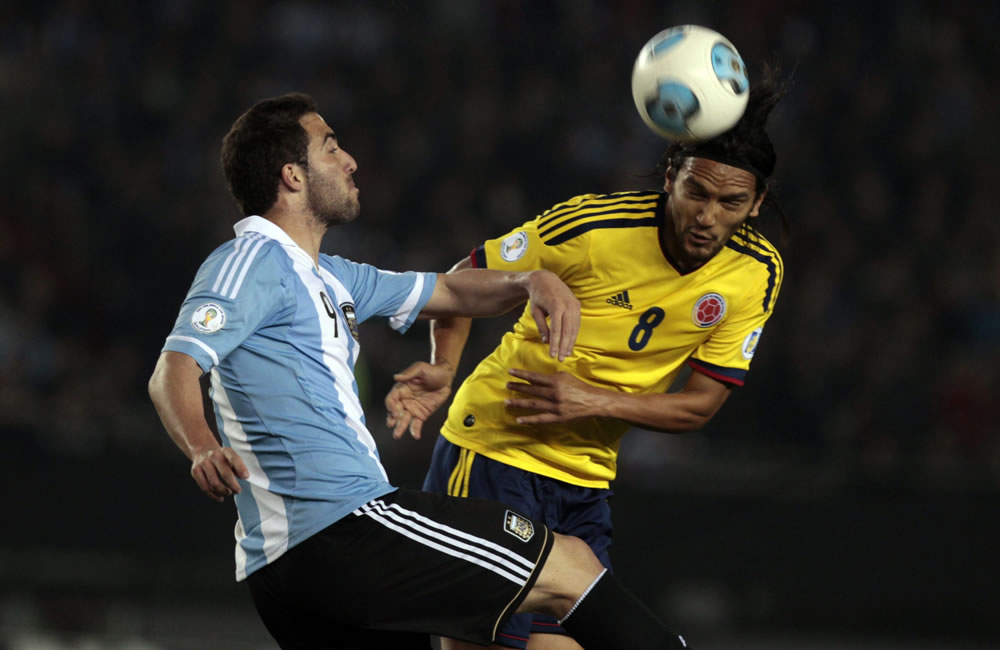 Ángel Di María (d) de Argentina ante Carlos Sánchez (d) de Colombia. Foto: EFE