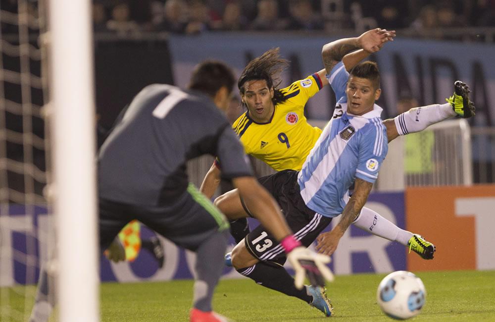 Marcos Rojo (d) de Argentina ante Radamel Falcao García (c) de Colombia. Foto: EFE