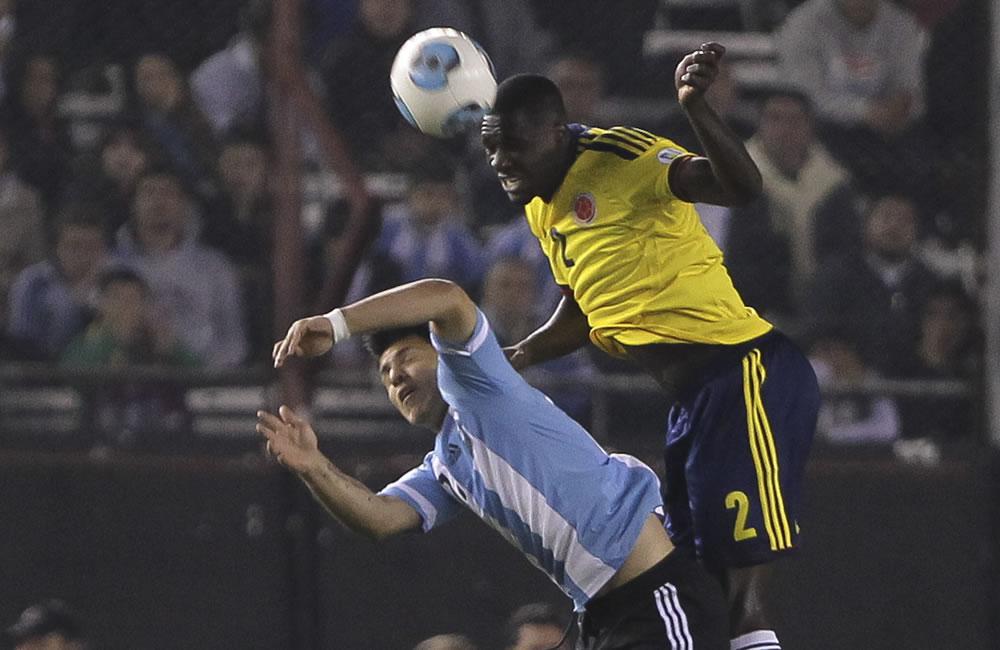 Sergio Agüero (i) de Argentina ante Cristian Zapata (d) de Colombia. Foto: EFE