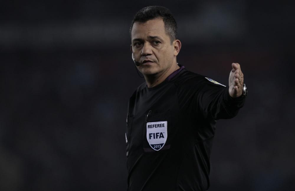 El árbitro Marlon Escalante de Venezuela durante el partido por las eliminatorias. Foto: EFE