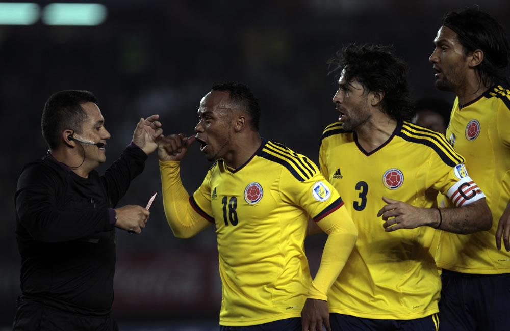 (De derecha a izquierda) Abel Aguilar, Mario Yepes y Camilo Zuúñiga de Colombia discuten con el árbitro. Foto: EFE