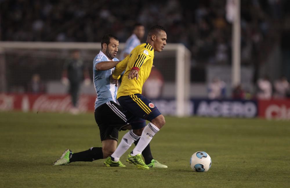 Javier Mascherano (i) de Argentina ante Aldo Ramírez (d) de Colombia. Foto: EFE