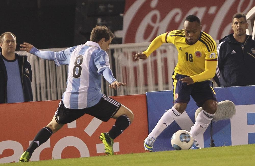 Walter Montillo (i) de Argentina ante Camilo Zúñiga (d) de Colombia. Foto: EFE