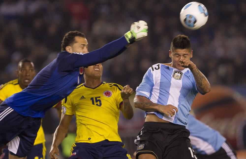 Marcos Rojo (d) de Argentina ante David Ospina (i) de Colombia. Foto: EFE