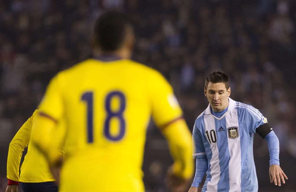 Lionel Messi (d) de Argentina ante Camilo Zúñiga (i) de Colombia. Foto: EFE