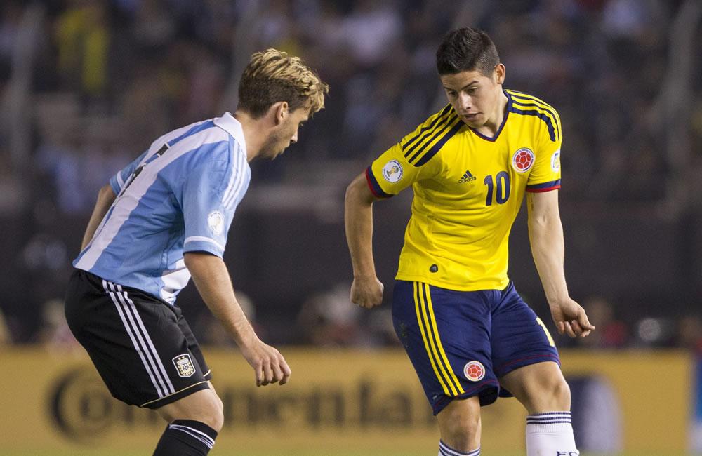 Lucas Biglia (i) de Argentina ante James Rodrígez (d) de Colombia. Foto: EFE
