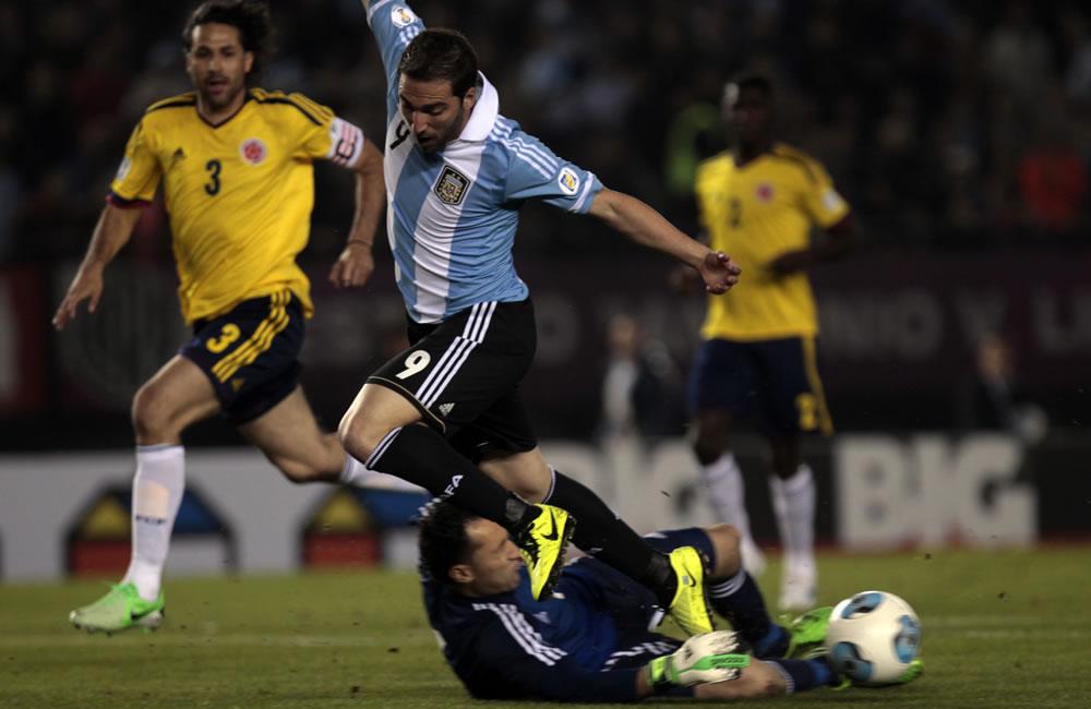 onzalo Higuaín (i) de Argentina ante David Ospina (d) de Colombia. Foto: EFE