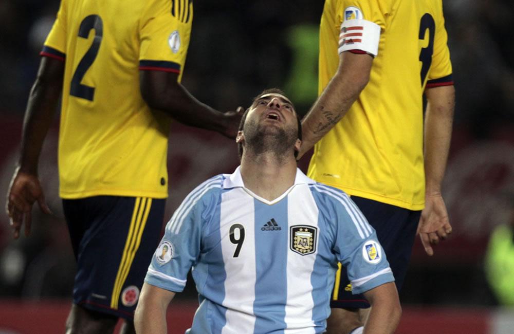 Gonzalo Higuaín (c) de Argentina se lamenta tras una jugada ante Colombia. Foto: EFE