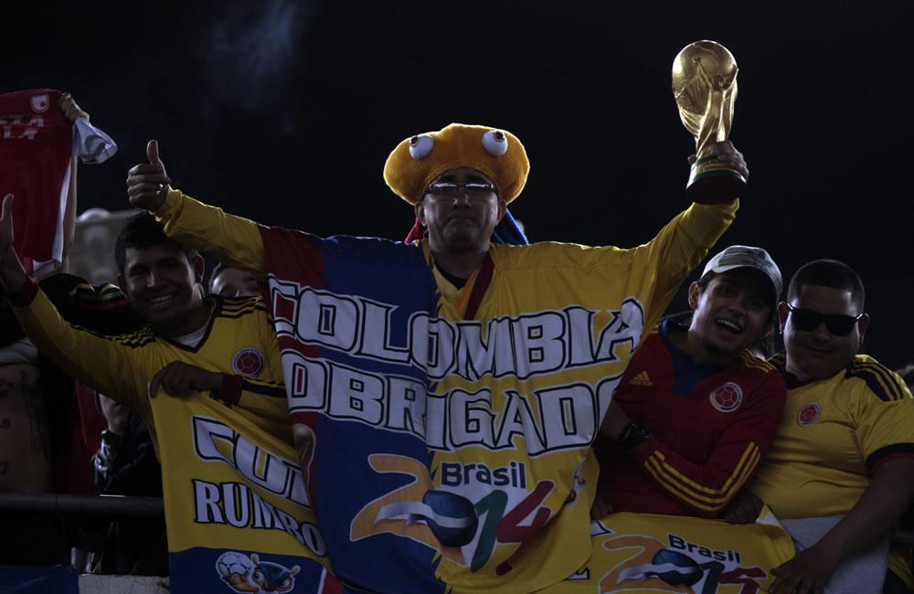 Hinchas de la seleccióon Colombia aguardan el comienzo del partido ante Colombia. Foto: EFE
