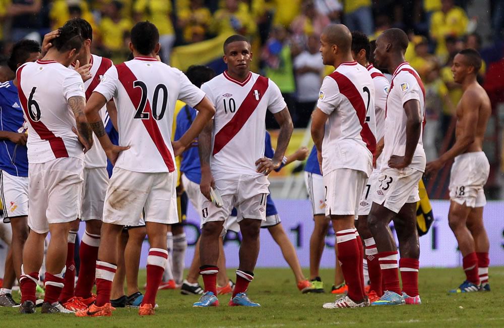 Jugadores peruanos se lamentan después de perder ante Colombia. Foto: EFE