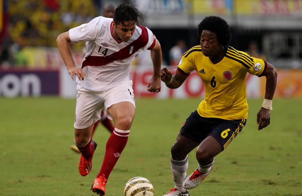 El jugador colombiano Carlos Sánchez (d) y el peruano Claudio Pizarro disputan el balón. Foto: EFE
