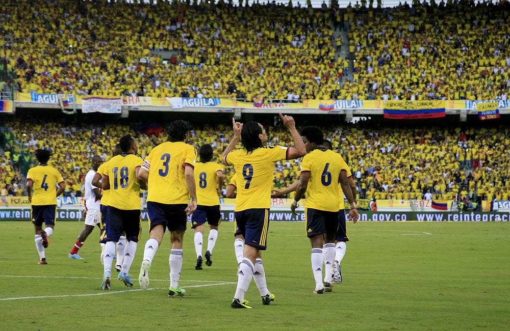 Jugadores colombianos celebran el gol de su compañero Falcao García (c) ante Perú. Foto: EFE