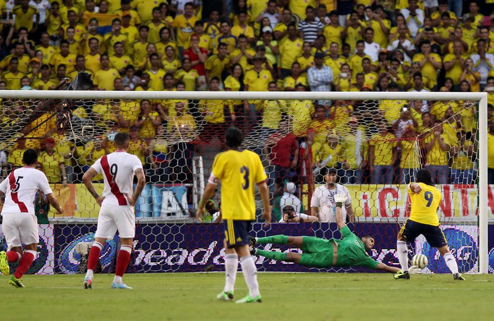 El jugador colombiano Radamel Falcao García (d) anota un gol de penalti ante Perú. Foto: EFE
