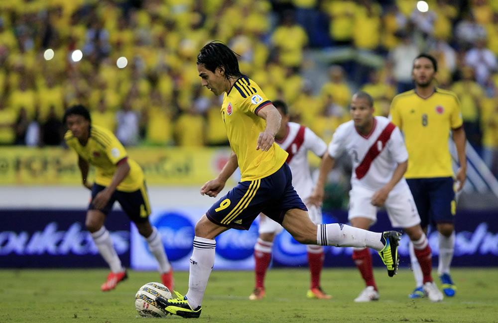 El jugador colombiano Radamel Falcao García (c) cobra un penalti ante Perú. Foto: EFE
