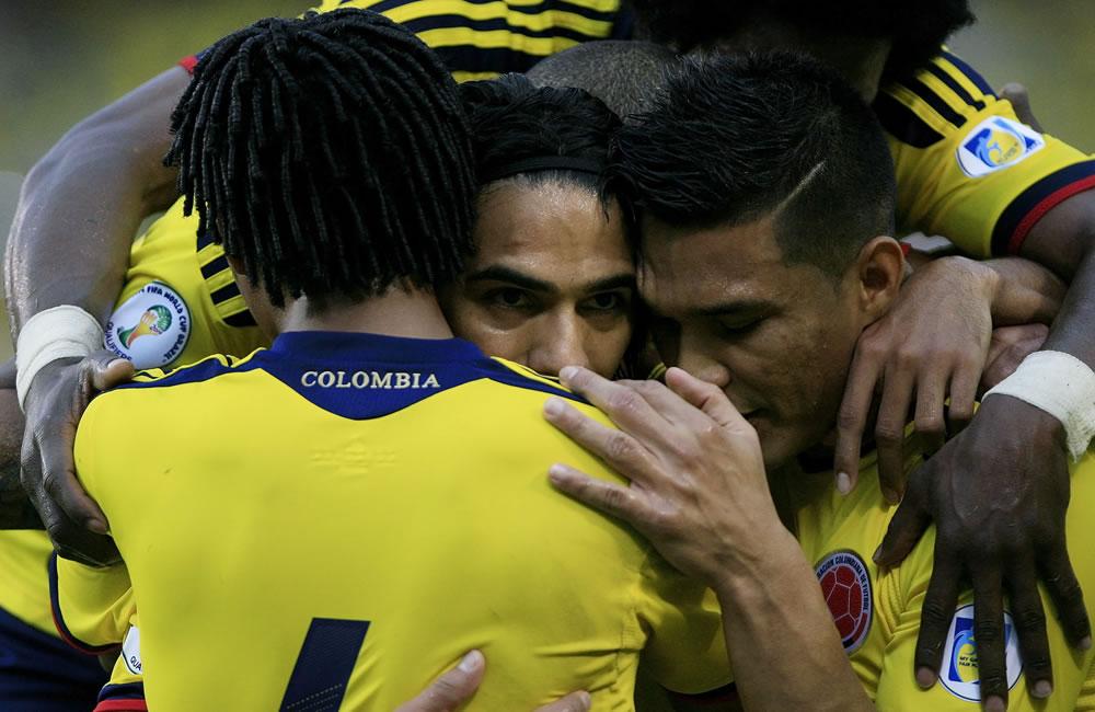 El jugador colombiano Radamel Falcao García (c) celebra con sus compañeros un gol de penalti ante Perú. Foto: EFE
