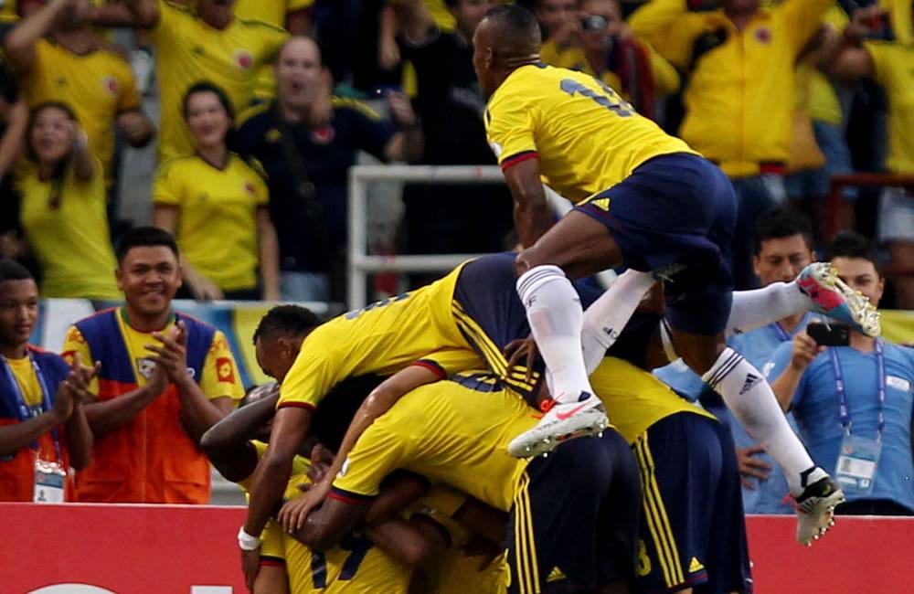Jugadores colombianos celebran un gol ante Perú. Foto: EFE