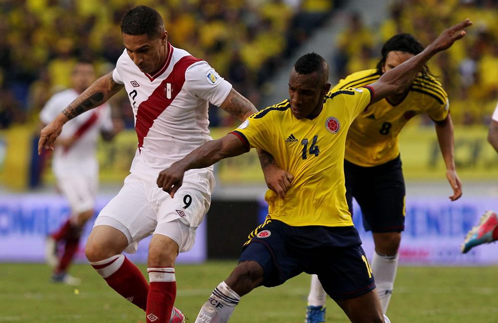 El jugador colombiano Luis Amaranto Perea (d) disputa el balón con el peruano José Guerrero. Foto: EFE
