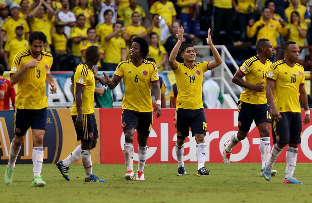 Jugadores colombianos celebran un gol de Teófilo Gutiérrez (3-d) ante Perú. Foto: EFE