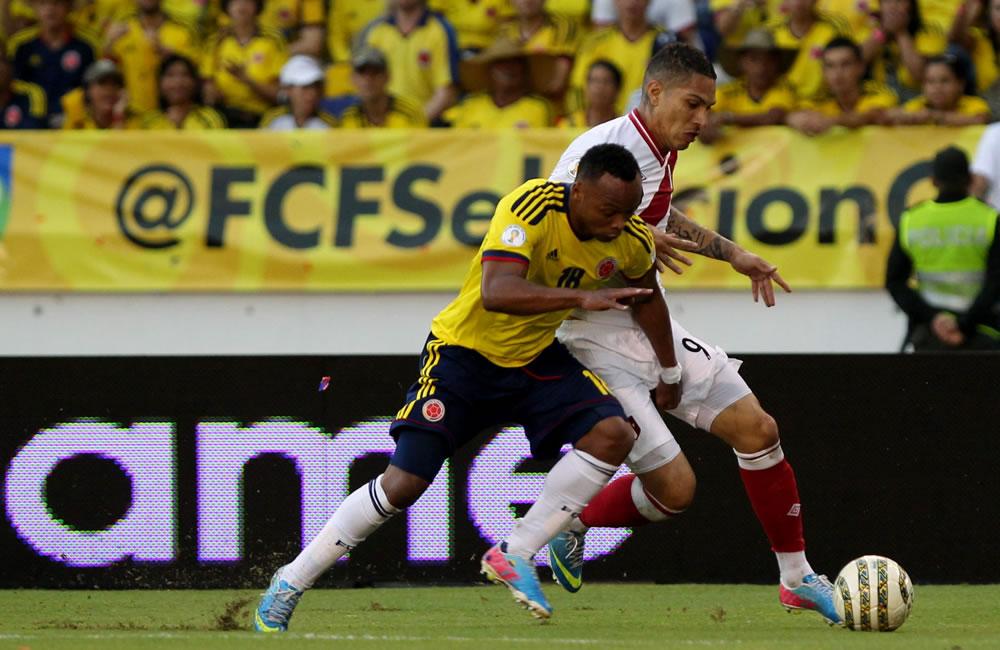 El jugador colombiano Camilo Zúñiga (i) disputa el balón con el peruano José Paolo Guerrero. Foto: EFE