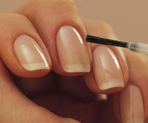 Cómo eliminar las manchas amarillas de las uñas