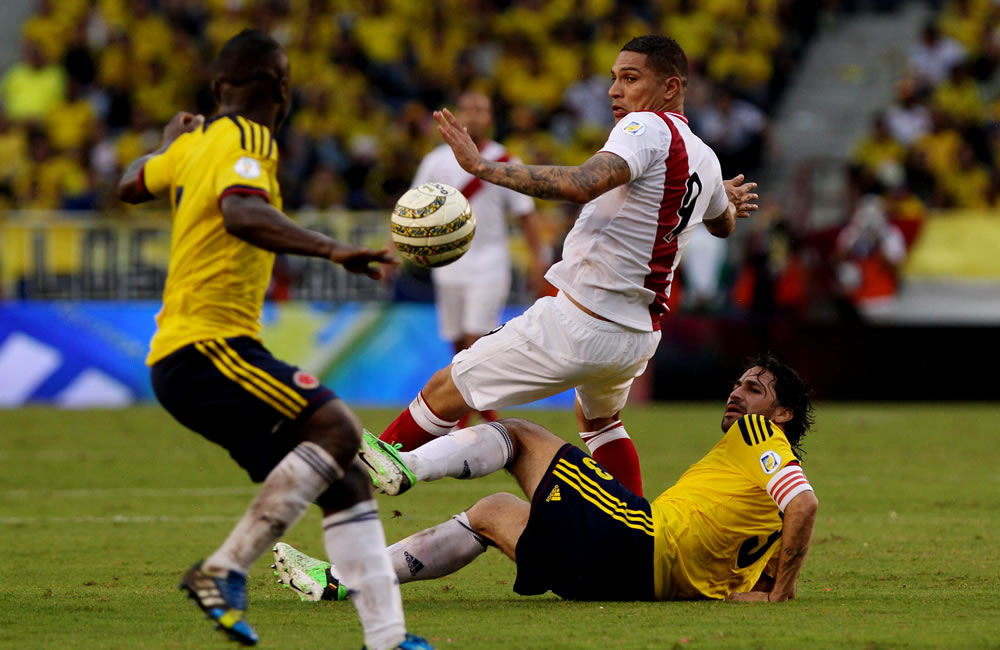 El jugador colombiano Mario Alberto Yepes (d) disputa el balón con el peruano José Guerrero. Foto: EFE