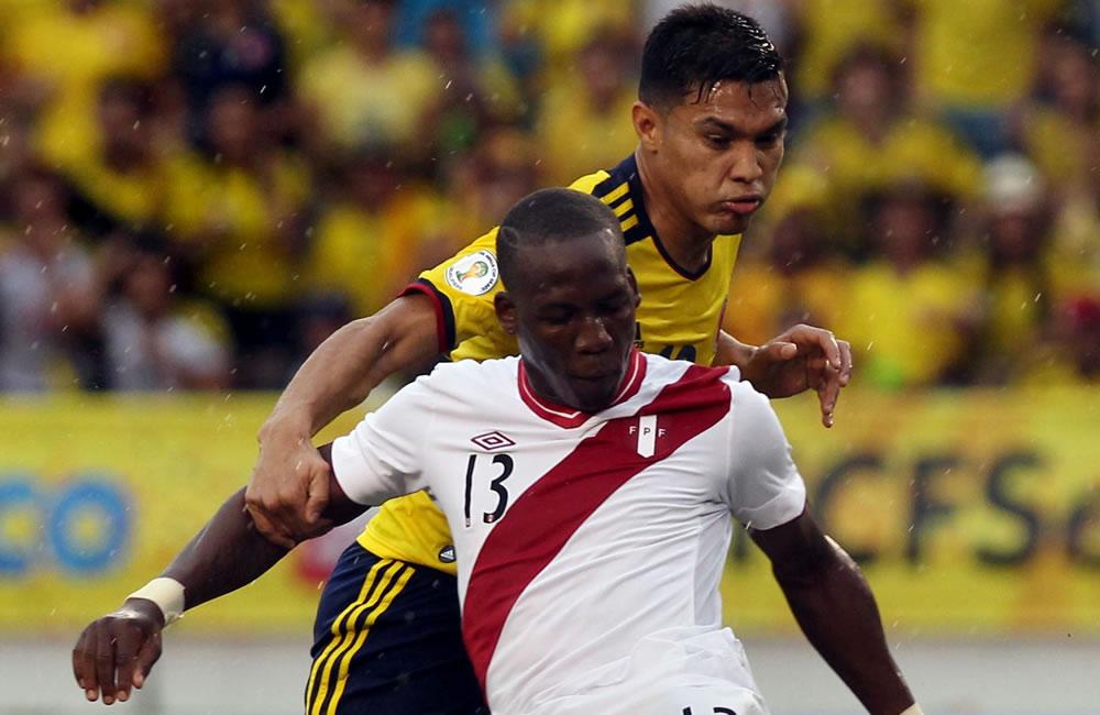 El jugador peruano Luis Advíncula (adelante) es marcado por el colombiano Teófilo Gutiérrez (atrás). Foto: EFE