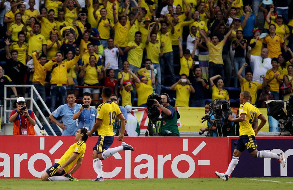 El jugador colombiano Radamel Falcao García (i) celebran un gol de penalti ante Perú. Foto: EFE