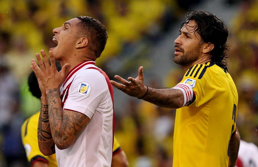 El jugador peruano José Paolo Guerrero (i), junto al colombiano Mario Alberto Yepes. Foto: EFE