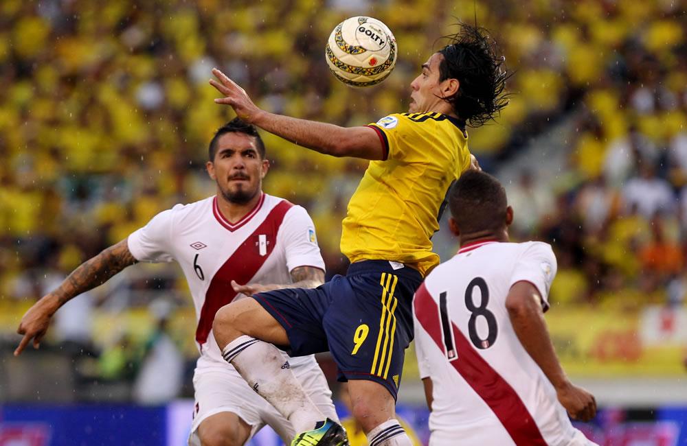El jugador colombiano Radamel Falcao García (d) es marcado por los peruanos Juan Manuel Vargas (i) y Andre Martínez. Foto: EFE