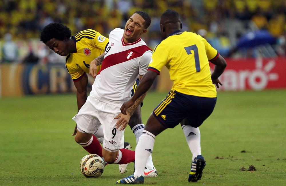 Los jugadores colombianos Carlos Sánchez (i) y Pablo Armero (d) disputan el balón con el peruano. Foto: EFE