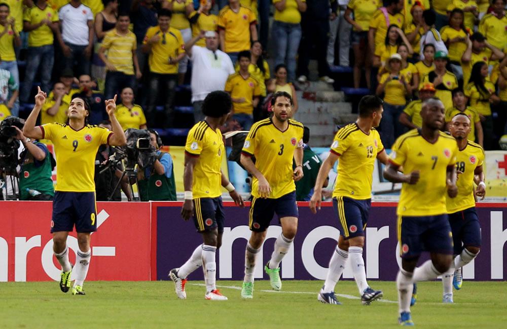 Jugadores colombianos celebran un gol de penalti ante Perú. Foto: EFE