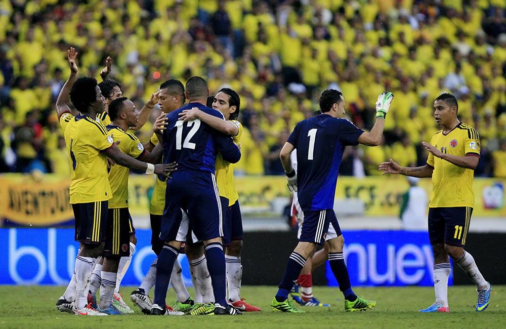 Jugadores colombianos celebran después de vencer a Perú. Foto: EFE