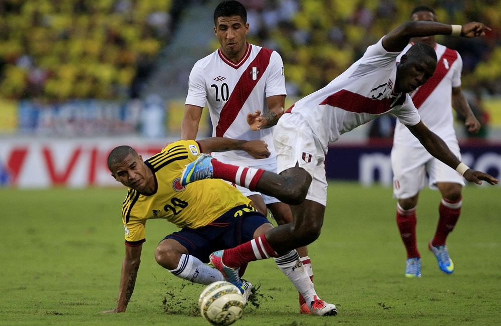 El jugador colombiano Macnelly Torres (i) disputa un balón con el peruano Luis Advíncula (d). Foto: EFE